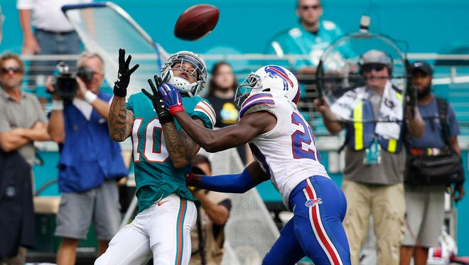 Miami Dolphins wide receiver Kenny Stills (10) attempts to grab a pass as Buffalo Bills free safety Corey Graham (20) defends.