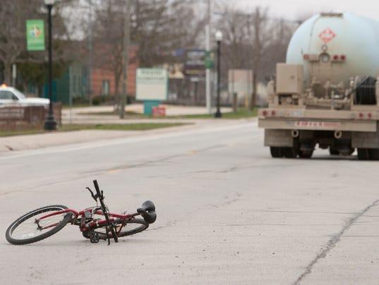 635957274430724448-Bike-truck-accident-01.jpg