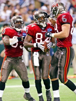 Tampa Bay Buccaneers wide receiver Reggie Barlow (C) celebrates as he catches a touch-down pass during the NFL pre-season game at the Tokyo Dome stadium 02 August 2003. Super Bowl champion Tampa Bay Buccaneers defeated New York Jets 30 -14.