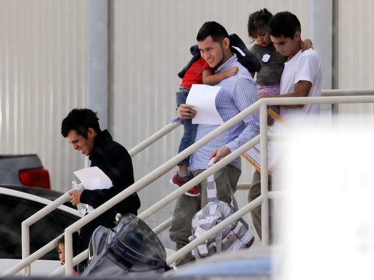 Familias inmigrantes salen de las instalaciones del