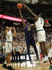 Notre Dame Fighting Irish guard TJ Gibbs (10) has shot