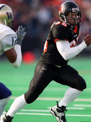 Oregon State's Ken Simonton, right, runs for a touchdown against Washington's Omare Lowe in 2001.