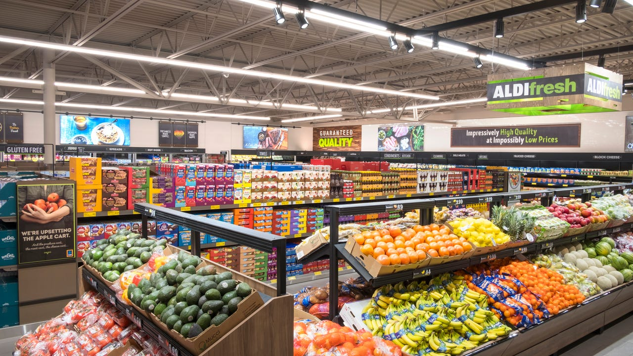 A new supermarket opened to hundreds of shoppers on 635 S. Ventura Road on Thursday.