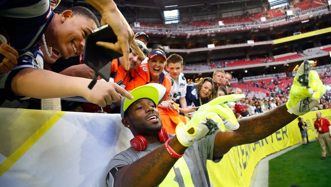 Team Carter cornerback Antonio Cromartie of the Arizona Cardinals (31) takes a selfie with fans prior to the NFL Pro Bowl in Glendale on Jan. 25, 2015.
