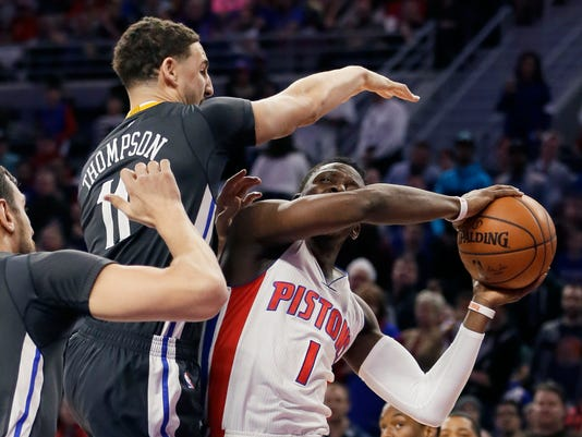 Golden State Warriors guard Klay Thompson (11) towers over Detroit Pistons guard Reggie Jackson during the first half of an NBA basketball game, Saturday, Jan. 16, 2016, in Auburn Hills, Mich. (AP Photo/Carlos Osorio)