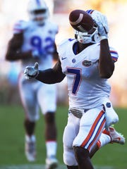 Florida defensive back Duke Dawson (7) reaches for