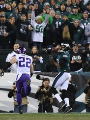 Alshon Jeffery catches a 53-yard touchdown late in