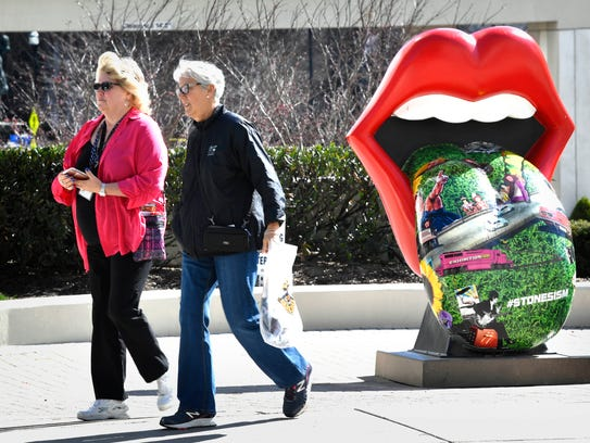 A Rolling Stones tongue statue sits along Fifth Avenue.