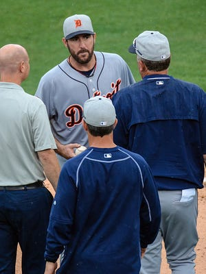 Detroit Tigers pitcher Justin Verlander, center, talks with members of the staff in the third inning Friday, March 27, 2015.