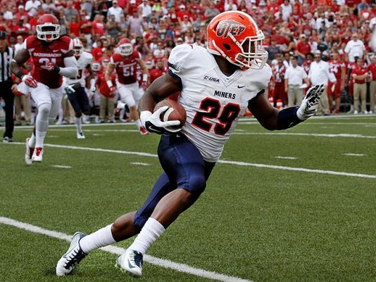 """UTEP's Aaron Jones (29) runs the ball after picking up a short pass during the first half of an NCAA college football game against  Arkansas in Fayetteville, Ark., Saturday, Sept. 5, 2015. (AP Photo/Samantha Baker)"""