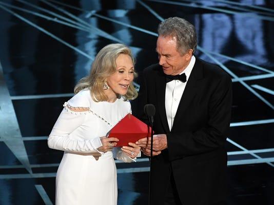 Faye Dunaway and Warren Beatty at the Academy Awards