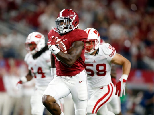 Alabama Crimson Tide running back Derrick Henry runs