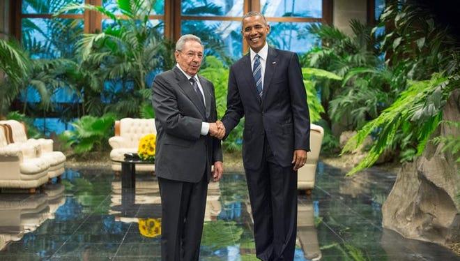 En la imagen, el presidente estadounidense, Barack Obama (d), saluda a su homólogo cubano, Raúl Castro (i).