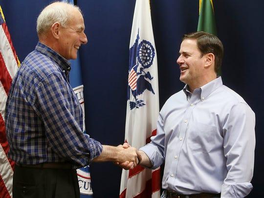 John Kelly visitó Arizona cuando era secretario de seguridad interna en EEUU.