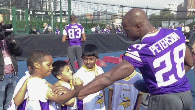"Adrian Peterson and the Minnesota Vikings arrived in London on Tuesday morning in advance of Sunday's international series game against the Pittsburgh Steelers. First stop: an NFL-sponsored ""Play60"" event outside Wembley Stadium."