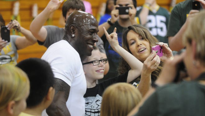 Donald Driver poses for a photo with Riverside Elementary students.