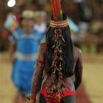 En esta fotografía del sábado 24 de octubre de 2015, Adelma Simoes Madeira, de 16 años, de la etnia terena de Brasil, sonríe durante un desfile de mujeres indígenas durante los Juegos Mundiales Indígenas realizados en Palmas, Brasil. (Foto AP/Eraldo Peres)