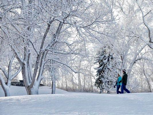 -Walkiing in the Snow.jpg_20140114.jpg