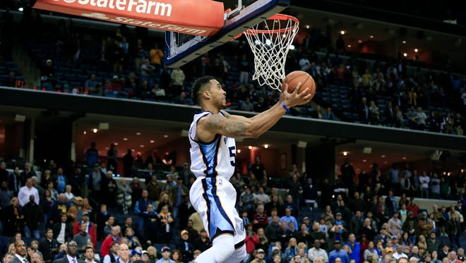 Memphis Grizzlies guard Courtney Lee scores the game-winning basket against the Sacramento Kings with less than one second remaining.