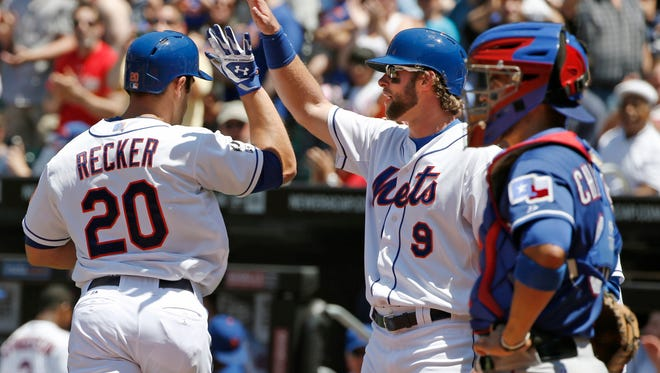 The Mets' Kirk Nieuwenhuis, right, congratulates Anthony Recker, who hit a first-inning, three-run homer off Texas starting pitcher Nick Tepesch on Sunday.