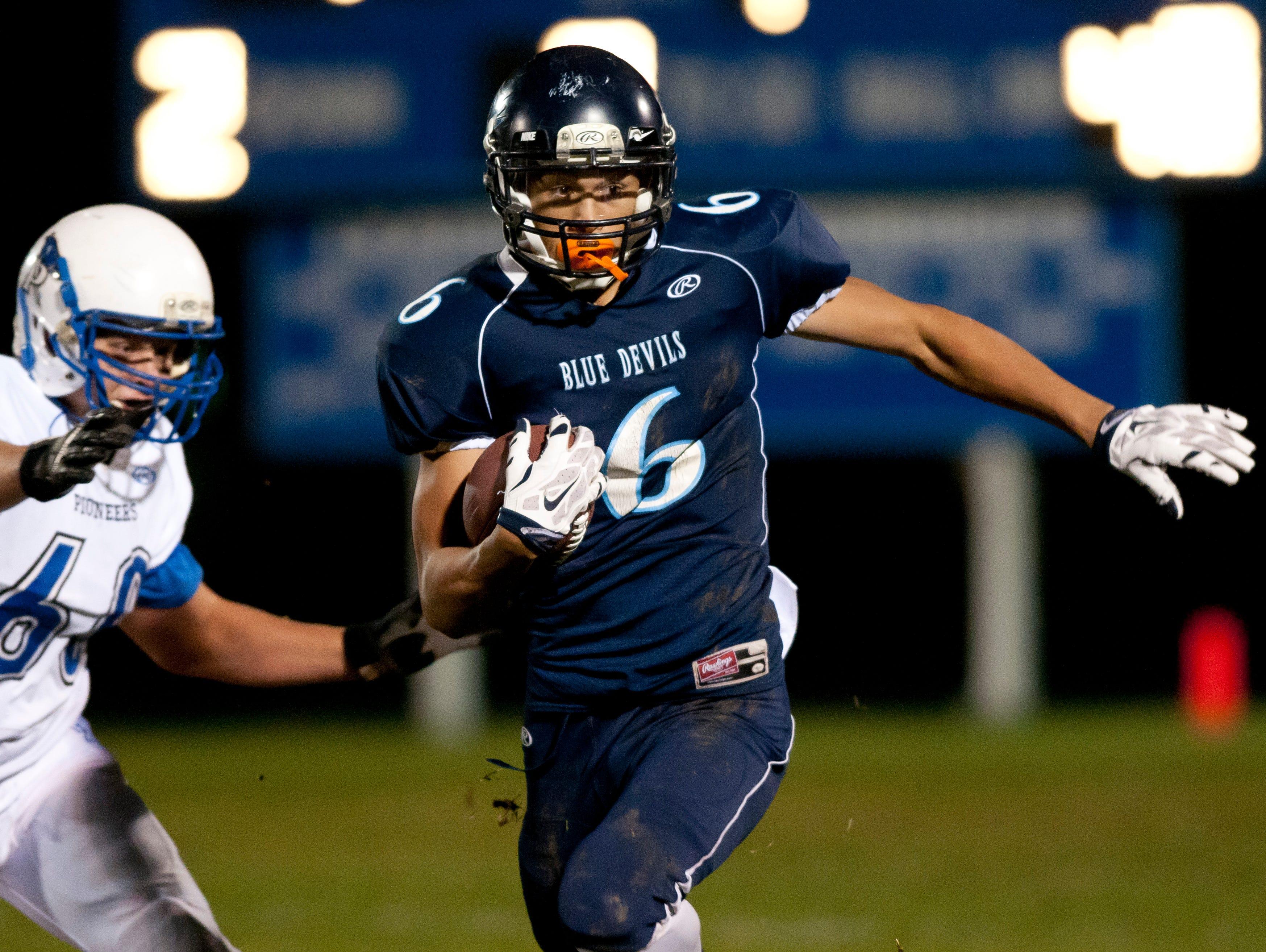 Richmond's D'Sean Hamilton runs the ball during a football game Friday, October 30, 2015 at Richmond High School.
