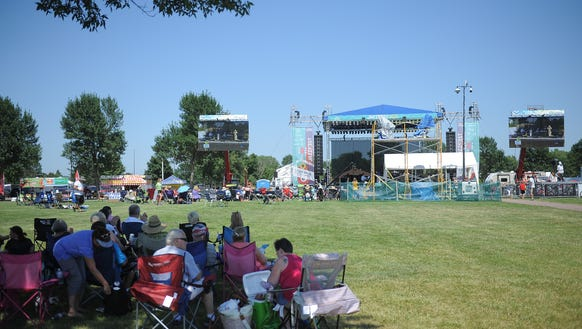 A crowd of music lovers favors the shade to brave the