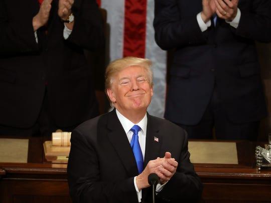 Trump sonríe y se aplaude a sí mismo durante el discurso