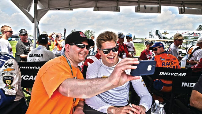 Take part in the full-field autograph session and meet the drivers before qualifi cations.