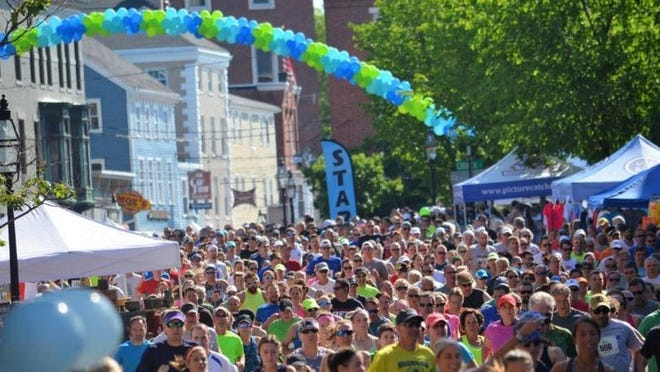 Waves of runners kick off Market Square Day 2017 with the 10K race. The event will go virtual in 2020 in September due to the coronavirus pandemic.