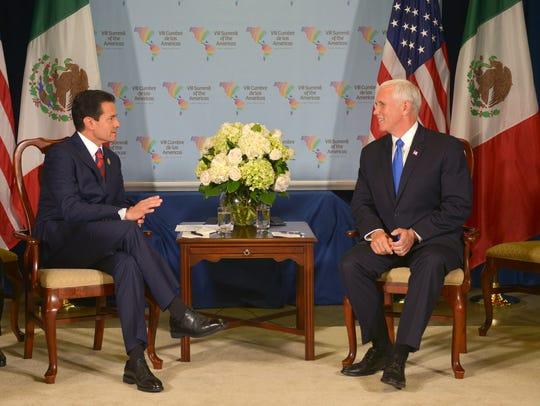 El presidente mexicano Enrique Peña Nieto (c-i) se