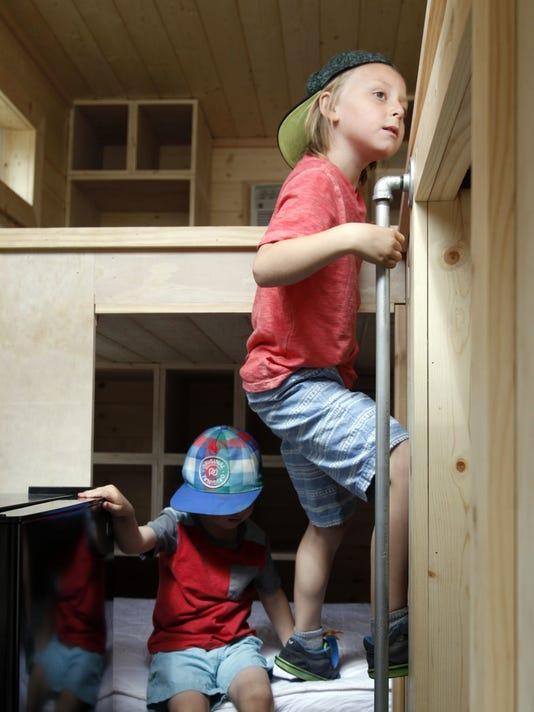 636064425003665028-Tiny-Houses-Desk.jpg