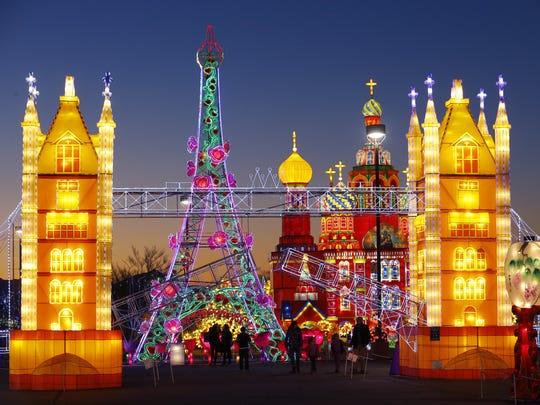 """La Torre Eiffel detrás del Puente London en el festival """"Lights of the of World"""". """"Lights of the World"""" es un festival internacional sobre el arte de las linternas con 11 exhibiciones, 75 demostraciones asombrosas y 30 juegos mecánicos y juegos, acrobacias, bailes y conciertos musicales."""