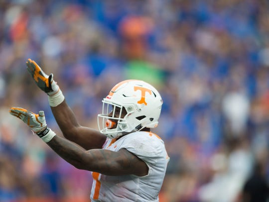 Tennessee running back John Kelly (4) chomps his arms