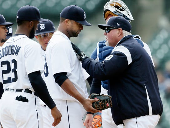 Tigers manager Ron Gardenhire congratulates pitcher