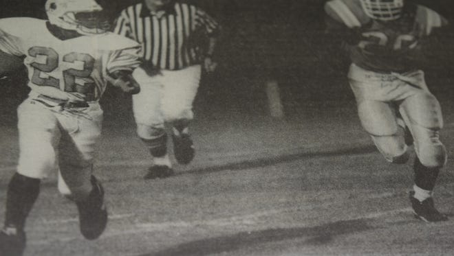 Union County's Jerek Johnson (#22) outran Fulton's Juquay Udley in August 1995.