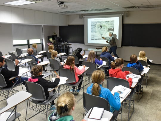 Wildlife photographer Steve Maanum leads students through