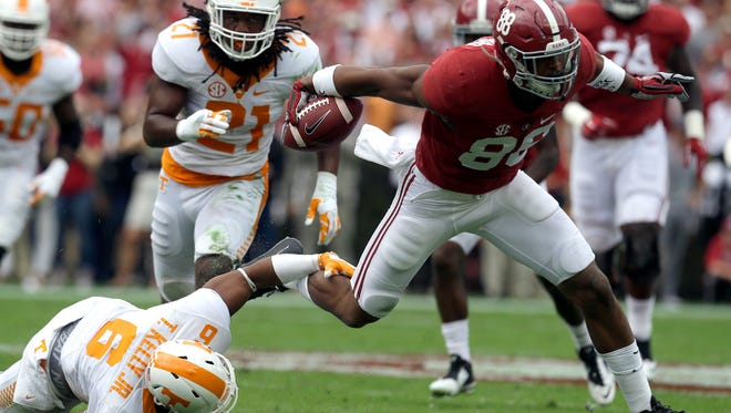 Alabama tight end O.J. Howard (88) breaks free from the tackle of Tennessee's Todd Kelly Jr. (6) on Oct. 24, 2015.