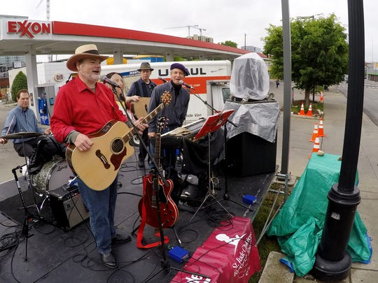 Les Kerr & the Bayou Band  play for runners during the Country Music Marathon on April 25, 2015.