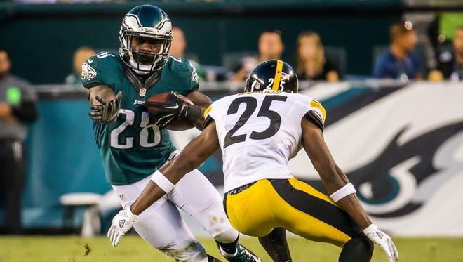 Eagles running back Wendell Smallwood (No. 28) jukes past Steelers corner Artie Burns (No. 25) against the Steelers on Sept. 25.