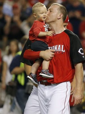 Todd Frazier kisses his son, Blake, after winning the Home Run Derby on Monday.