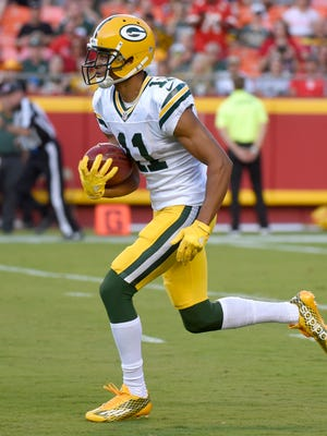 Green Bay Packers' Trevor Davis returns a kickoff during the first half.