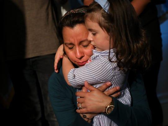 Sandra Chica abraza a su hija Luciana tras ser reunidas