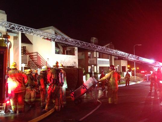 Thousand Oaks blaze displaces 16