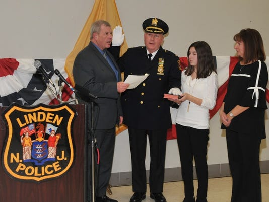 636512000201173497-Dave-Hart-sworn-in-as-Linden-s-police-chief.JPG