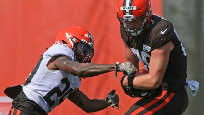 Browns tight end Harrison Bryant brings down a pass against safety Sheldrick Redwine during practice Tuesday.