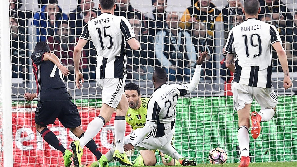 Controversial late penalty helps Juventus beat Milan 2-1