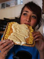 Una mujer prueba uno de los productos de la panadería
