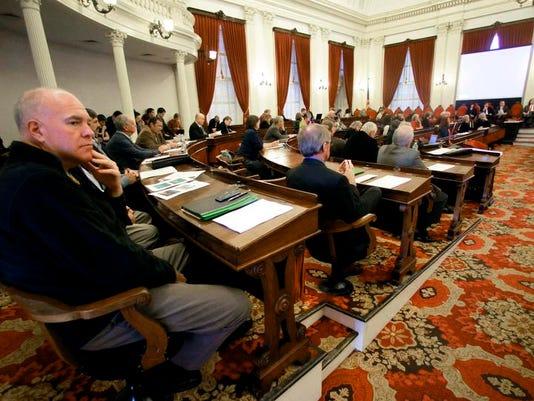 -bur 1121 lawmakers gather AP c2.jpg_20131120.jpg