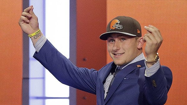 Cleveland Browns rookie Johnny Manziel continues to make news as he reportedly texted the Browns to draft him.