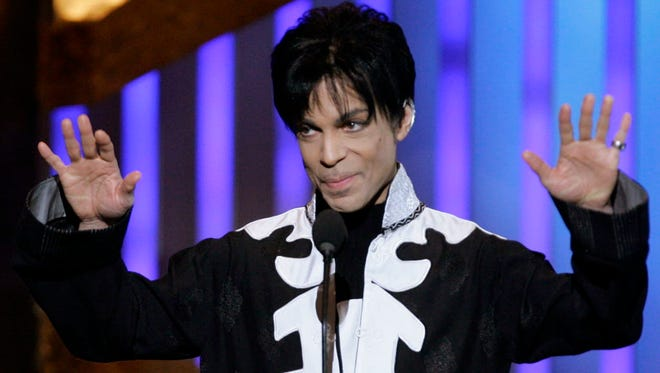 Prince accepts the award for outstanding male artist at the 38th NAACP Image Awards in Los Angeles, March 2, 2007.